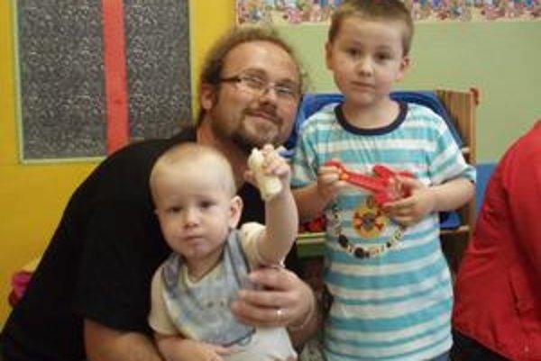 Starostlivý otec svojich dvoch synov ľúbi. Najradšej by im každý deň dával darčeky, aby boli šťastné.