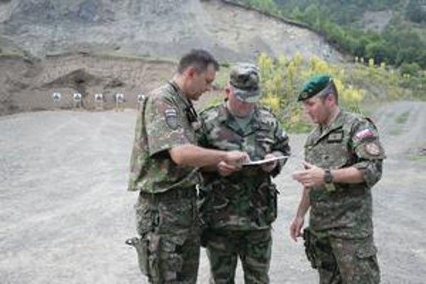 Podplukovník Zekucia. Pri kontrole výsledkov cvičných strelieb svojej jednotky (na snímke vľavo).