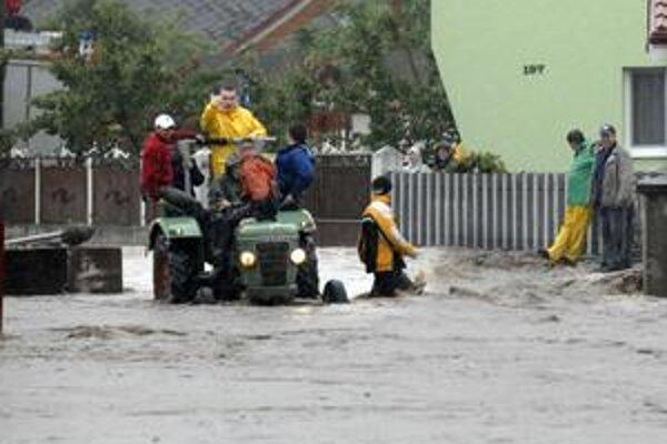 Vodný živel. Aj v tomto roku narobil problémy na mnohých miestach Slovenska. Snímka je z dediny Ždaňa.