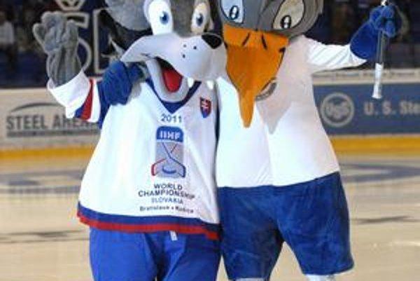 Vítala ho vrana. Maskot majstrovstiev sveta v hokeji Goooly (vľavo, s košickou vranou) sa prvý raz predstavil v Steel Aréne.