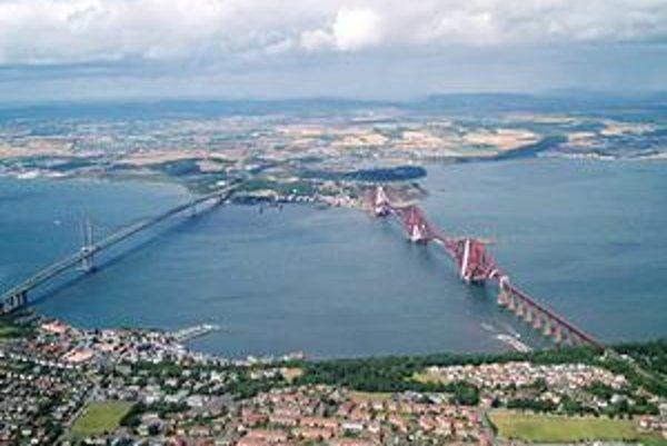 Letecký pohľad na mosty. Obidva mosty, cestný i železničný, spájajú oblasť Edinburghu so severom Škótska.