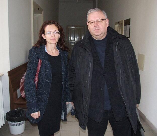 Evina mama s právnikom Petrom Koscelanským na súde.