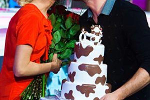 Ľúbia sa a papier im netreba. Peter Modrovský priniesol tortu a má aj súkromné prekvapenie, no zásnuby to vraj nie sú.