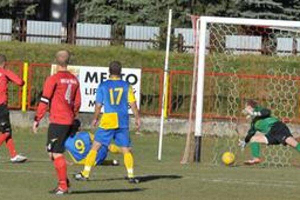 Rozhodujúci moment súboja Liptovský Mikuláš - Michalovce. Vladimír Šlosár (vľavo, číslo 17) prekonáva brankára hostí Miroslava Žofčáka.