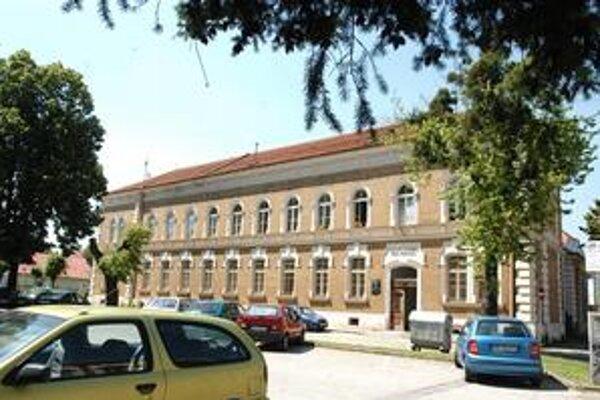 Bývalá ľudová škola. Jedenásťtriedna mestská ľudová škola v Košiciach spĺňala všetky požiadavky moderného školstva koncom 19. storočia.
