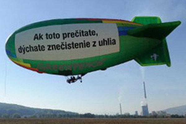 Greenpeace upizornili vzducholoďou na problém hnedého uhlia.