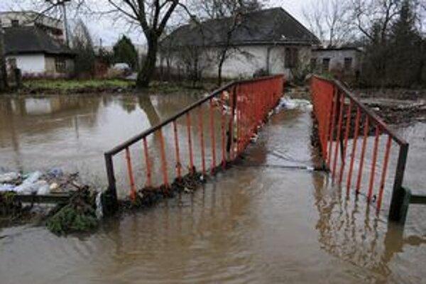 Rozvodnený potok v Sobranciach-Komárovciach.