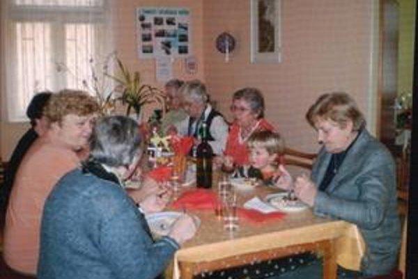 Všedný deň v dennom centre Šváby. Podľa Anny Lukáčovej (vpravo) takmer každý týždeň niečo oslavujú.