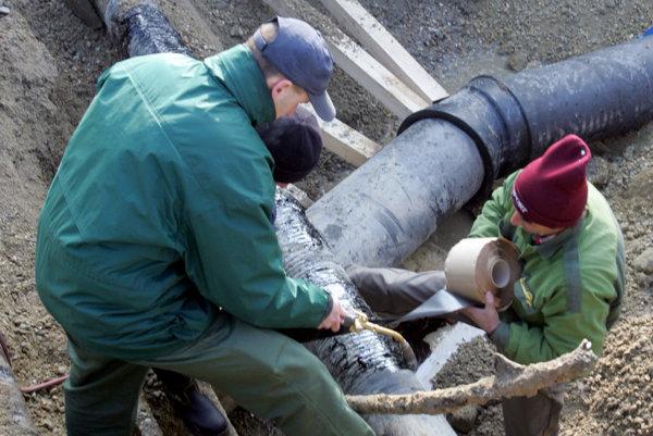 Spor so susedným mestom ohrozuje vybudovanie kanalizácie. Obci pri Novej Bani chýba.