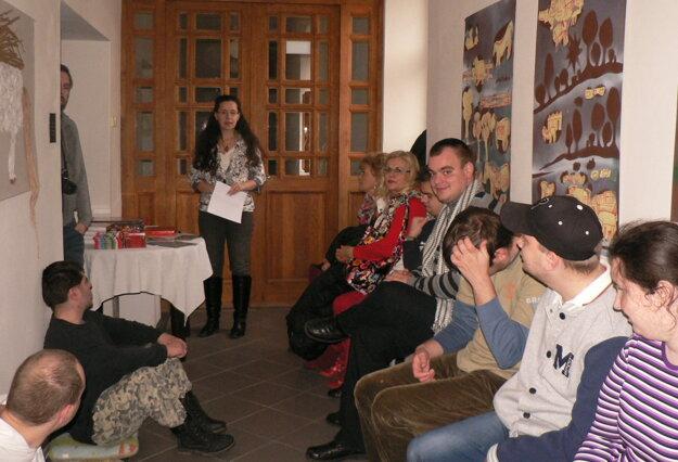 Galerijná pedagogička Elena Tarábková vyhlásila výsledky a odovzdala ceny.