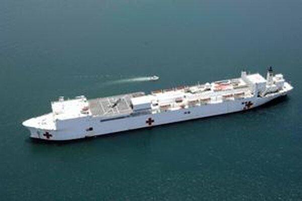 Nemocničná loď USNS Comfort. Na tejto lodi, ktorá vznikla prestavbou tankera, je tisíc postelí pre pacientov.
