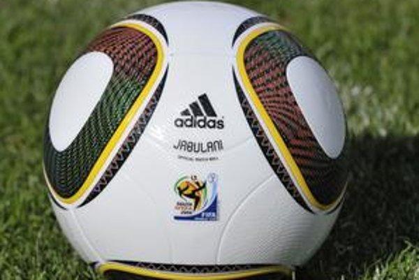 Lopta Jabulani pre majstrovstvá sveta. Pestrofarebná lopta hýri symbolickým počtom jedenástich farieb.