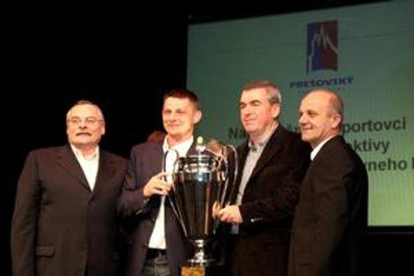 Absolútnym víťazom ankety sa stal hádzanár Alexander Radčenko (druhý zľava), ktorý s pohárom zapózoval spolu s majiteľom Tatrana Prešov Milošom Chmeliarom a dvojicou relistov Drotárom (vpravo) a Bánocim (úplne vľavo).