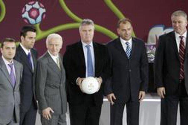 Kto sa bude najviac usmievať? Tréneri tímov B-skupiny - zľava Vardan Minasjan (Arménsko), Koldo Alvarez (Andorra), Giovanni Trapattoni (Írsko), Guus Hiddink (Rusko), Vladimír Weiss (Slovensko) a Mirsad Jonuz (Macedónsko).