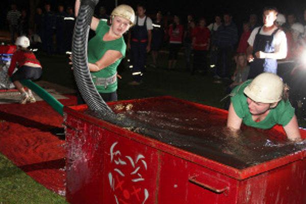 Medzi hasičkami triumfovali v nočnej súťaži ženy z Poruby.