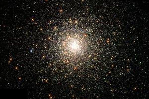 """Globulárny hviezdny zhluk. Štvrtina globulárnych zhlukov v našej Galaxii sú """"votrelci""""."""