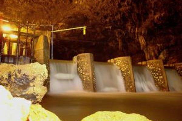 Priehrada v krasovej jaskyni. Spád vody sa využíva na pohon čerpadiel, ktoré čerpajú vodu z jaskyne na povrch.