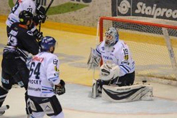 Peter Bartoš strieľa úvodný gól štvrtkového zápasu.