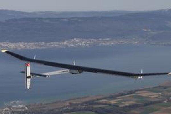 Lietadlo Solar Impulse. Na hornej ploche krídiel i vodorovných chvostových plôch sú solárne články, produkujúce elektrickú energiu.