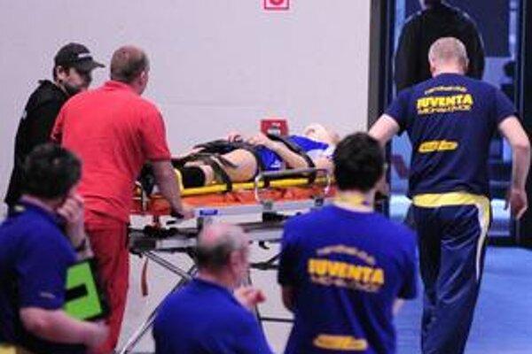 Záchranári na hracej ploche. Petru Popluhárovú museli odviezť do nemocnice.