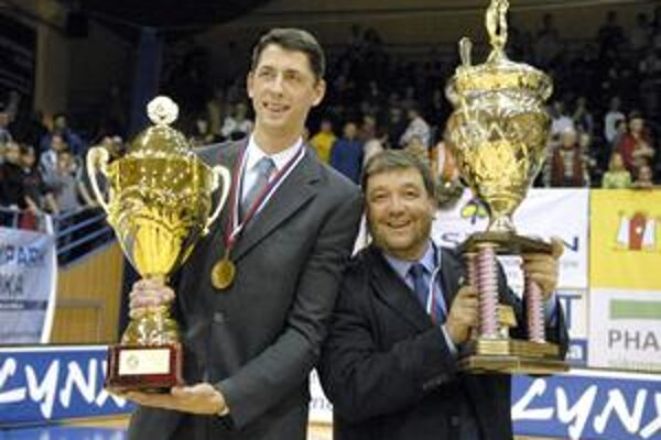 Póza strofejami. Tréner Štefan Svitek (vľavo) amanažér Ivan Benninghaus pózujú smajstrovskými pohármi.