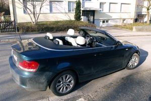 Kabriolet s otvorenou strechou. Plátenná strecha sa otvára a zatvára elektricky, a to aj za jazdy rýchlosťou do 50 km/h.