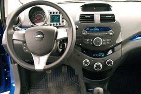 Kokpit vozidla. Prístrojový panel sa prestavuje spolu s volantom.