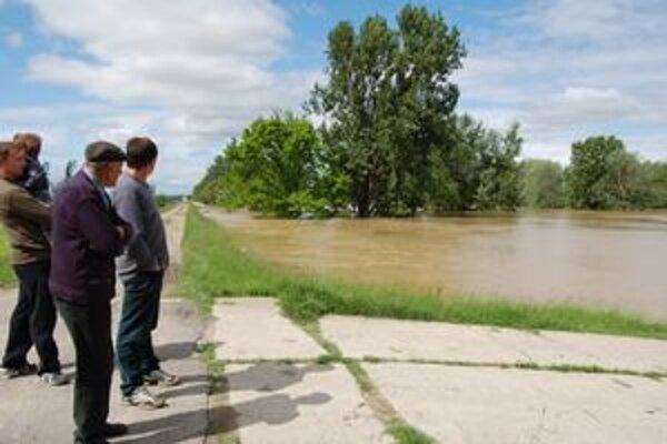 Ľudia v týchto dňoch s napätím sledujú pohyb hladín riek, ktoré napáchali veľké škody na majetku.