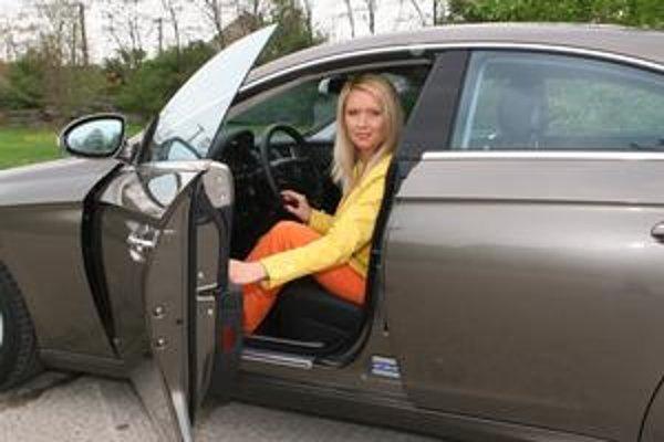 Adriana Kmotríková, sympatická plavovláska úplne rúca teórie o tom, že ženy a zvlášť blondínky sú za volantom nemožné.