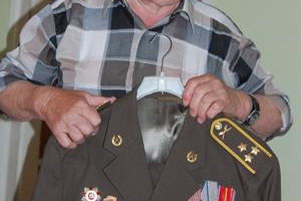 Odbojár. Vojenská uniforma má svoje čestné miesto v jeho šatníku. Nechýbajú všetky ocenenia, medaily a plakety. Oblieka si ju pri významných príležitostiach.