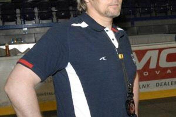 Tréner. A. Tomko naordinoval prvý tréning v posilňovni.
