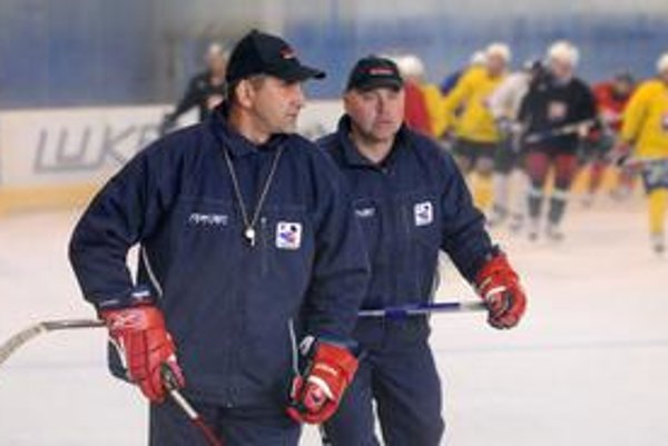 Kormidelníci. Tréner Štefan Mikeš (vľavo) a asistent Miroslav Marcinko.