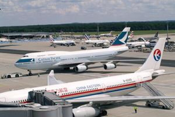 """Vybavovacia plocha letiska vo Frankfurte. Frankfurt klesol z 8. na 9., keď ho """"preskočilo"""" pekinské letisko."""