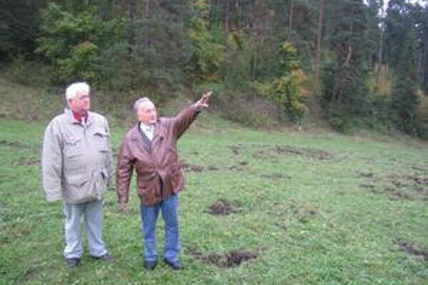 Bratia Stenczelovci na mieste, kde by mohol byť pochovaný ich otec.
