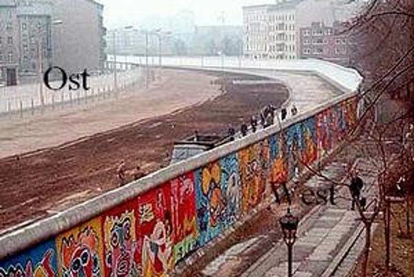 Pohľad na múr. Vľavo, na strane Východného Berlína, je tzv. pás smrti.