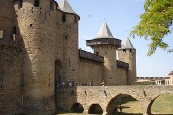 Zámok vnútri starého mesta. Zámok, chránený piatimi vežami a suchou priekopou, postavil gróf Trencavel.