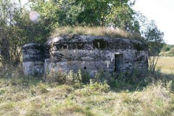 Pevnôstka typu A-160N. Táto pomerne zachovaná pevnôstka leží v poli za cintorínom v Slanskej Hute.