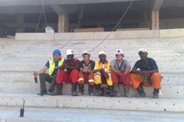Partia stavbárov. Jozef Jakubov (vľavo) s chlapmi na stavbe.