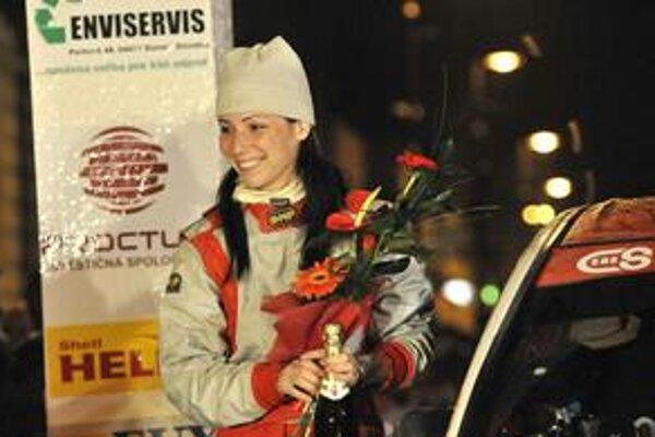 Zuzka Lieskovcová. Na rampe ju čakalo prekvapenie v podobe kytice a ocenenia pre najrýchlejšiu ženu podujatia.