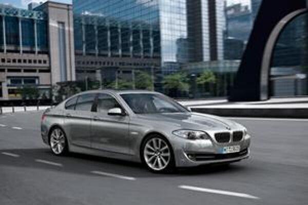 """Nové BMW radu 5. Nová """"päťka"""" šiestej generácie príde na trh v marci budúceho roka."""