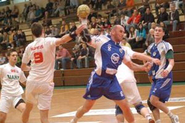Hrajúci asistent. Ján Kolesár v strede sa snaží presadiť na bránkovisku Pov. Bystrice.