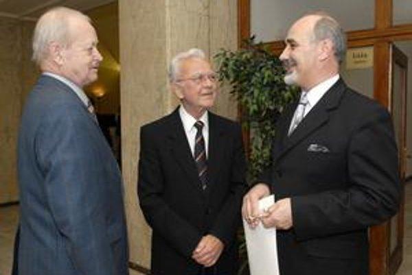 Dirigent Bystrík Režucha (prvý zľava) a prvý šéf ŠFK Lubomír Čížek. Na fotke s riaditeľom ŠFK Júliusom Kleinom.