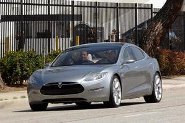 Limuzína Tesla S. Elektromotory poháňajú zadné kolesá vozidla.