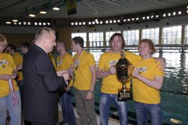 Obhájili. Peter Nižný (vľavo) s Karolom Bačom pi vlaňajšom zisku titulu. Radosť s pohárom si zopakujú i tento rok.