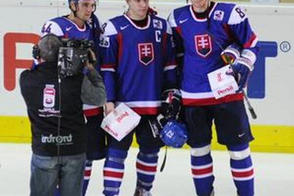 Najlepšie trio. Sprava: Marcel Hossa, Ľuboš Bartečko a Andrej Sekera boli vyhlásení za najlepších hráčov Slovenska na turnaji.