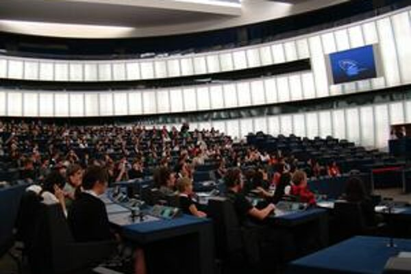 Študenti z celej Európy. Medzi nimi aj stredoškoláci z Koších v laviciach poslancov Európskeho parlamentu