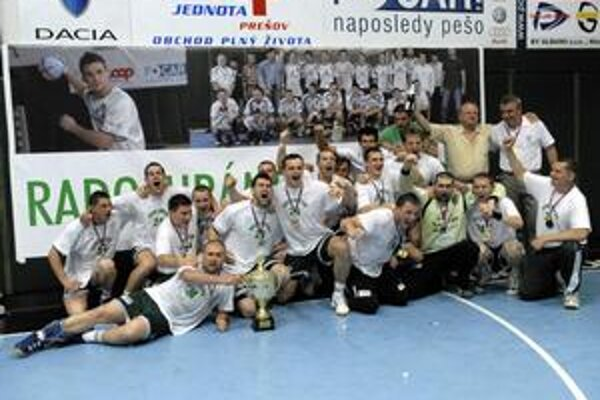 Majstri. Hádzanári Tatrana Prešov sa radujúci z tretieho titulu v rade.