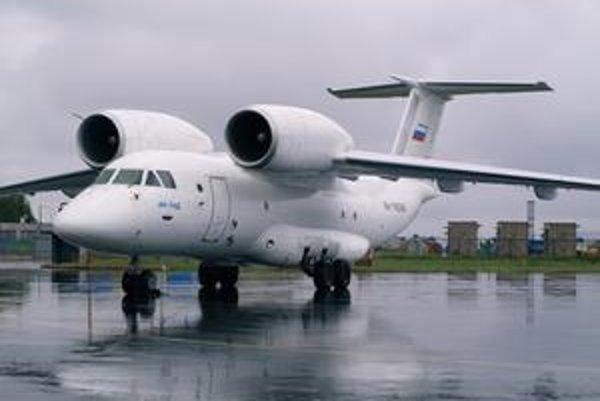 Lietadlo An-74D. Lietadlo má prúdové motory umiestnené nad krídlami.