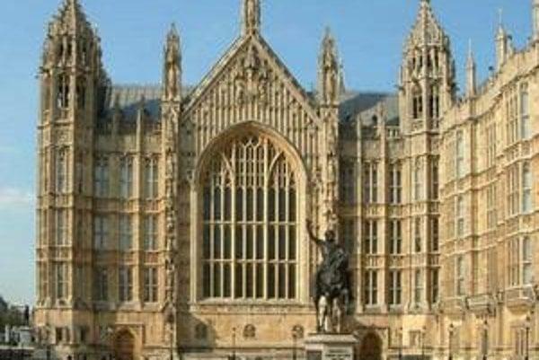 Južný portál Westminsterskej sály. V popredí socha kráľa Richarda I.