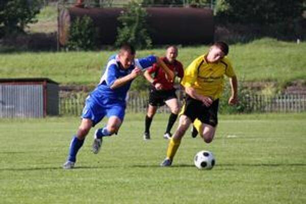 Bežecký súboj. Roman Jurko (vľavo) z Moldavy sa snaží uvoľniť cez brániaceho hráča Šace.